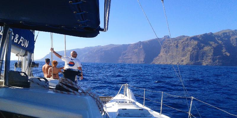 Avistamiento de cetáceos | Excursiones en barco | Tenerife Sur | Los Gigantes | Marhaba Catamarán | Acantilados