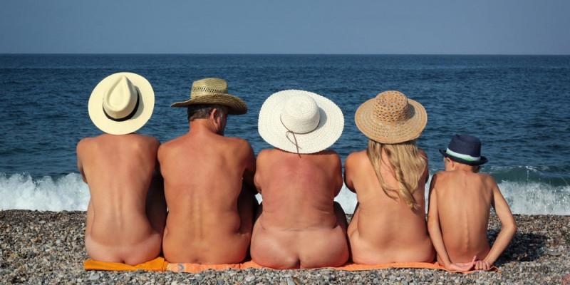 Familia de nudistas en una playa española