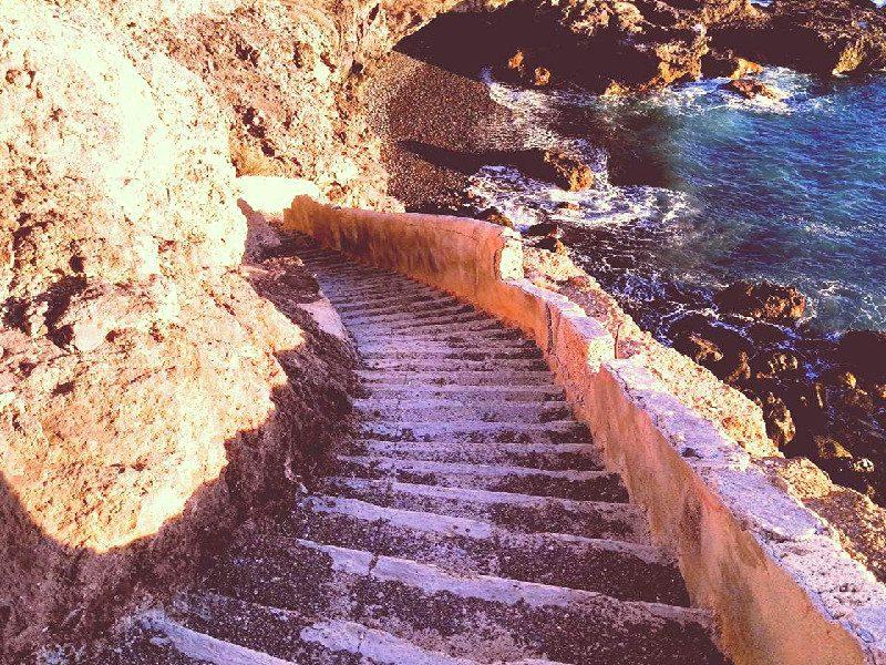 Paseo Litoral de Playa de San Juan | Tenerife | Escaleras de bajada a la casa abandonada
