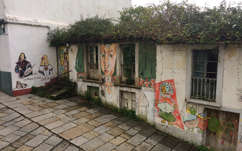 Ferrol | Barrio de Canido | Meninas y edificios en ruinas